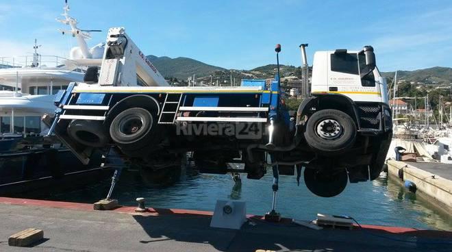 Portosole camion con gru si ribalta e rischia di finire - Foto di grandi camion ...