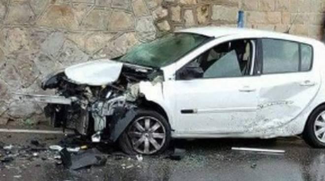 riviera24 - Sanremo, scontro frontale tra due auto a Capo Nero: tre feriti