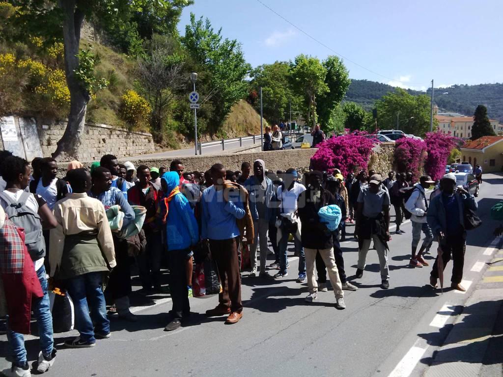 Riviera24 - Ventimiglia, migranti abbandonano la Chiesa San Nicola