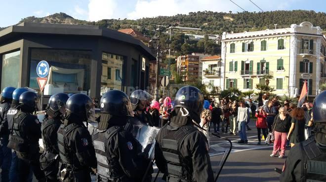 Ventimiglia, strade bloccate dalla protesta dei no borders. Migranti in piazza