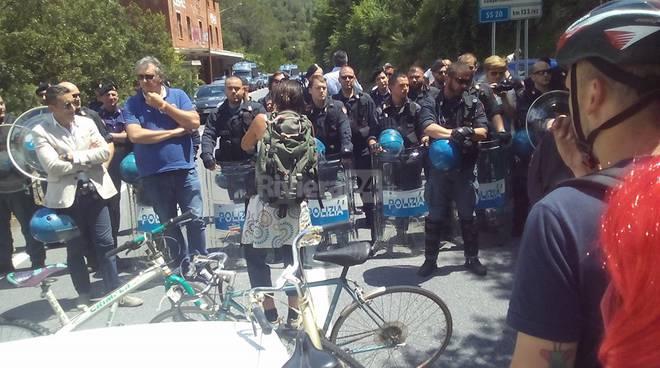 La marcia in bici dei No Borders da Breil a Mentone contro le frontiere e per il libero movimento