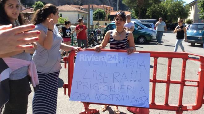 migranti al palaroja di roverino