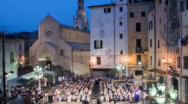 riviera24 - 300 persone in piazza San Siro per Enzo Bianchi
