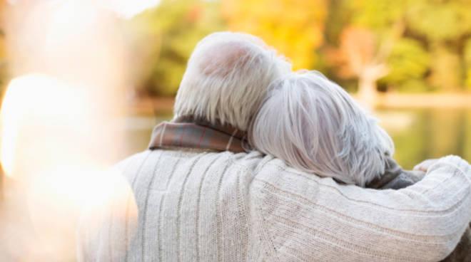 riviera24 - anziani innamorati coppia anziana