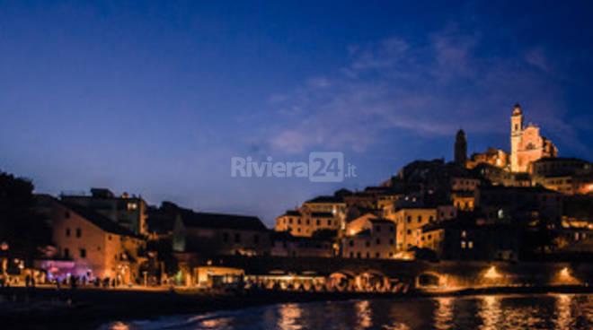 riviera24 - Cervo seduce nell'incanto della Notte Romantica