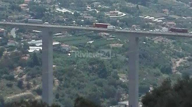 riviera24 - Incidente sull'A10, si formano 5 km di coda