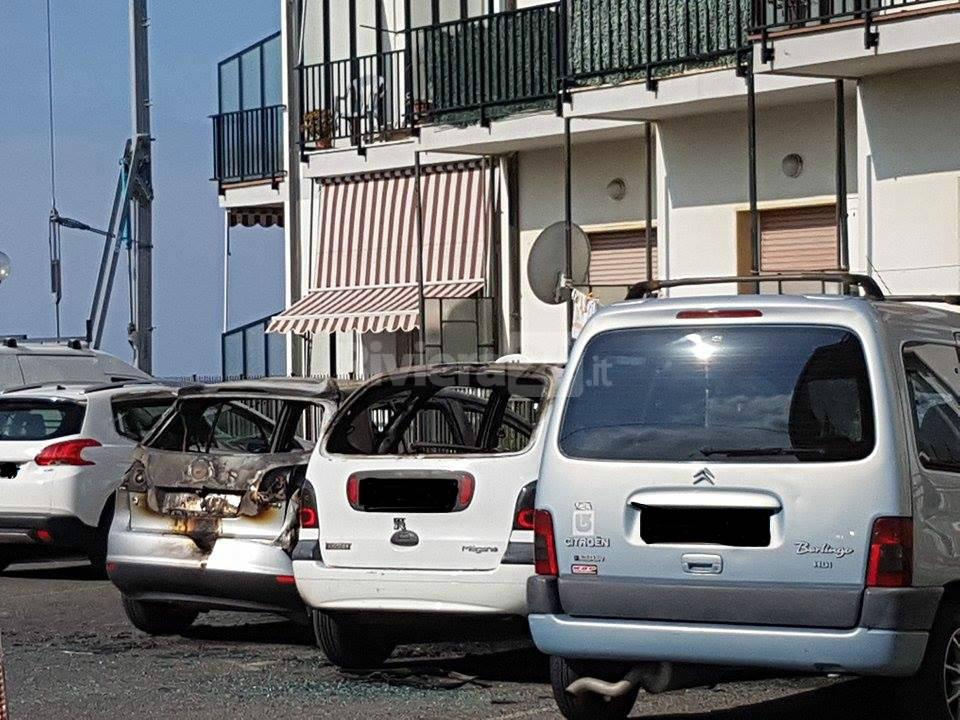 riviera24 - Riva Ligure, due auto in fiamme nello stesso posto a 3 ore di distanza