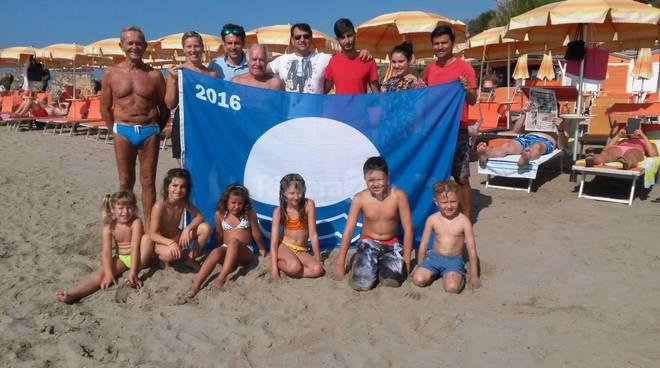 riviera24 - San Lorenzo al Mare si tinge di blu