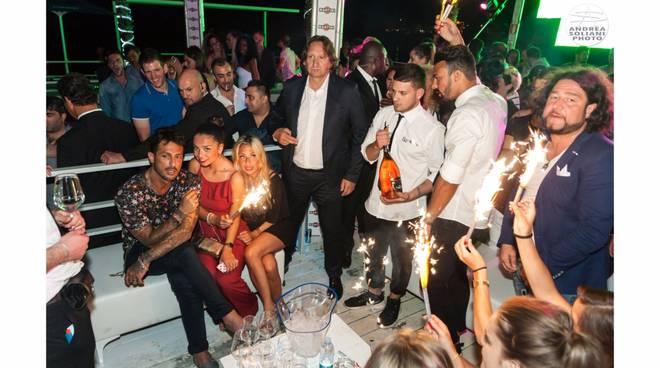 riviera24 - Sanremo, Fabrizio Corona passa a trovare i suoi amici del Bay Club