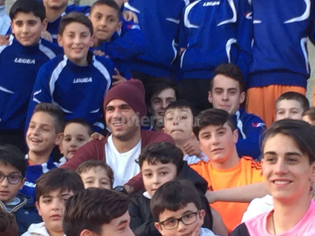 riviera24 - Stefano Sturaro con i ragazzi dell'Ospedaletti calcio