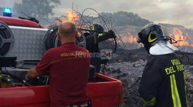 Incendio di sterpaglie in via Bonmoschetto a Sanremo, 115 sul posto