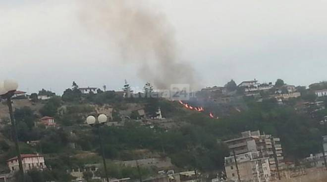 Incendio di sterpaglie strada Mulattiera San Romolo