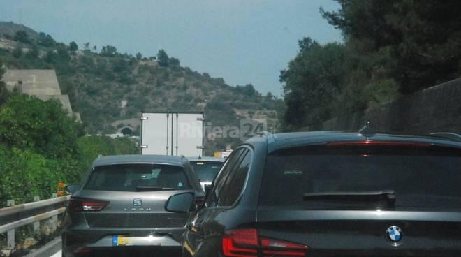 Incidente tra la A10 e la A26 e serpentone di auto si allunga