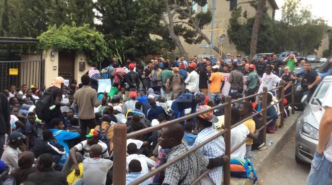 migranti bloccati in corteo