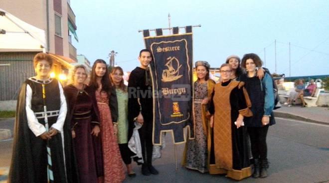 riviera24 - A Vallecrosia il Sestiere Burgu sfoggia il nuovo Gonfalone
