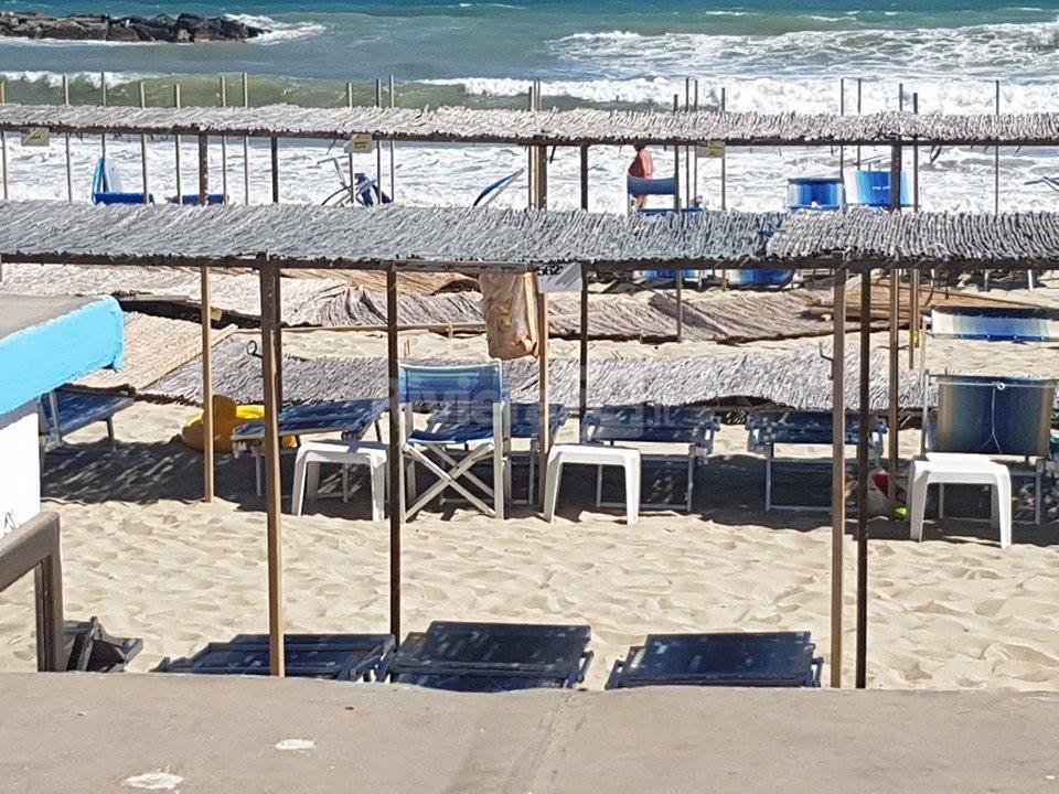 """riviera24 - Arma di Taggia, forti raffiche di vento scoperchiano tettoie alla spiaggia """"Lido Blu"""""""