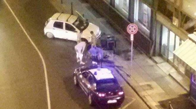 riviera24 - Auto fuori controllo fa filotto di paletti a bordo strada incidente