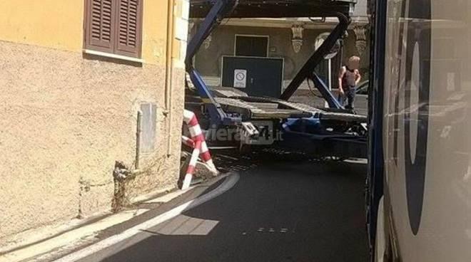 """riviera24 - Bordighera, bisarca si incastra nella curva del """"giro d'argento"""""""