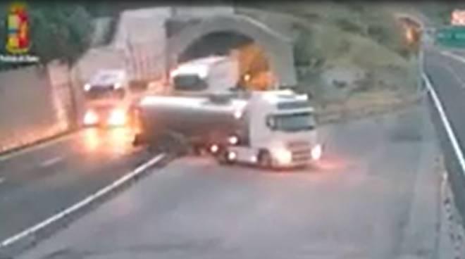 riviera24 - camion in autostrada spericolata manovra