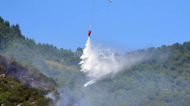 riviera24 - elicottero antincendio coldirodi