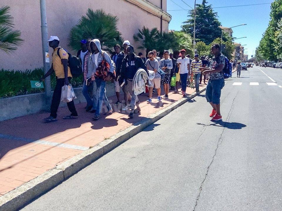 riviera24 - Migranti a Ventimiglia, iniziati i trasferimenti al Parco Roja