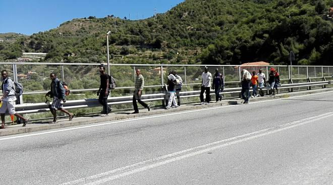 riviera24 - migranti a ventimiglia parco roja