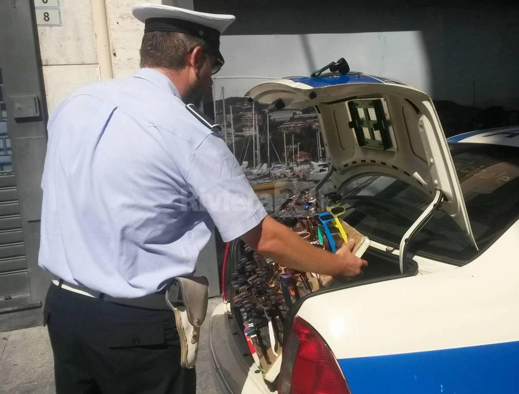 riviera24 - Sanremo, pattuglia della Municipale sequestra 50 occhiali taroccati