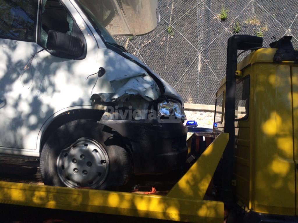 riviera24 - Scontro tra auto e camper ad Acquetico: motociclista in codice rosso al Santa Corona