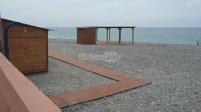 riviera24 - Spiaggia libera dalle barriere architettoniche a Ventimiglia