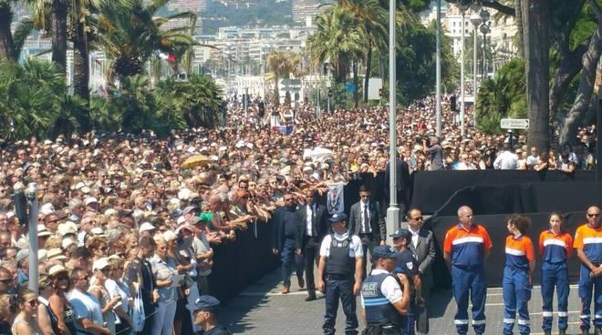 riviera24 - Strage a Nizza, una marea di persone sulla Promenade per il minuto di silenzio