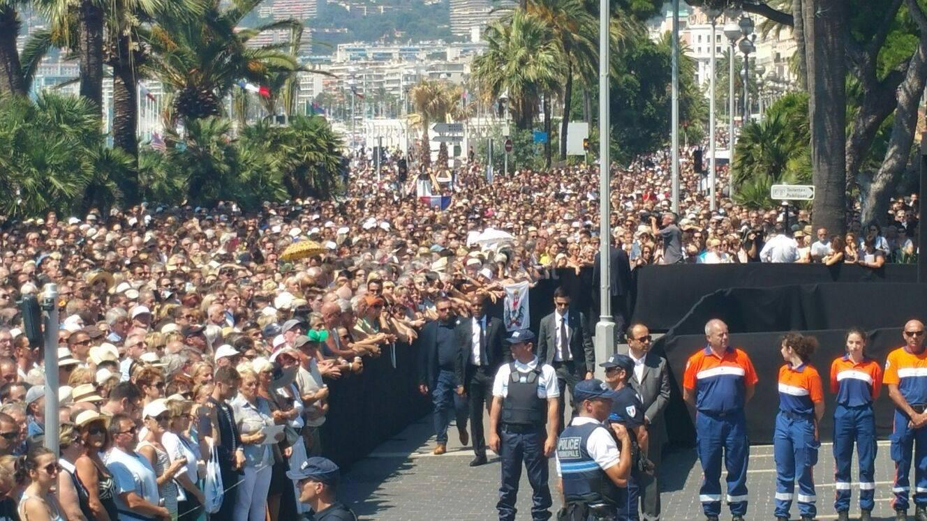Strage a nizza una marea di persone sulla promenade per - Pinelli una finestra sulla strage ...