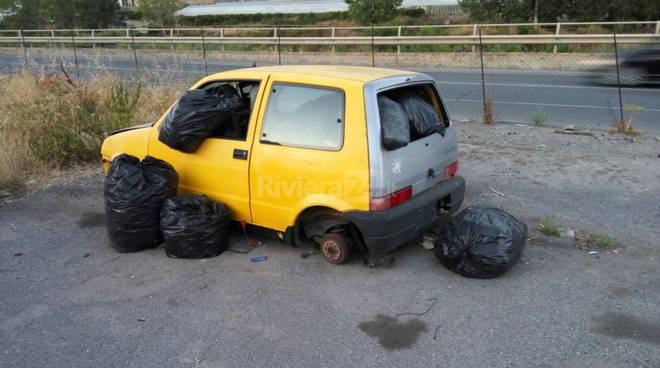"""riviera24 - Taggia, auto abbandonata trasformata in un """"bidone"""" per l'immondizia indifferenziata"""