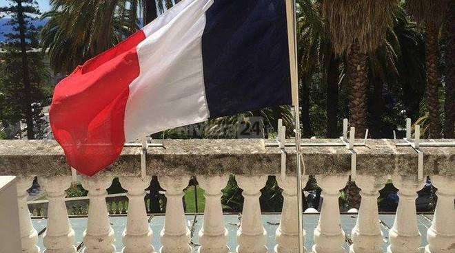 Riviera24 – tricolore francese, attentato di nizza, balcone sindaco sanremo