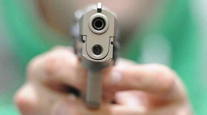 riviera24 - uomo armato pistola