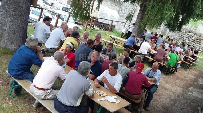 riviera24 - volontari ripuliscono molini e triora estate 2016