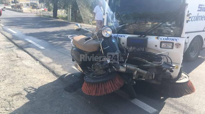 scooter contro spazzatrice meccanica