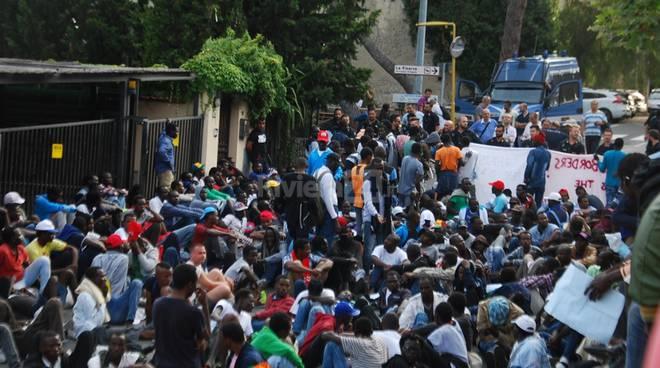 Ventimiglia migranti in marcia verso la Francia