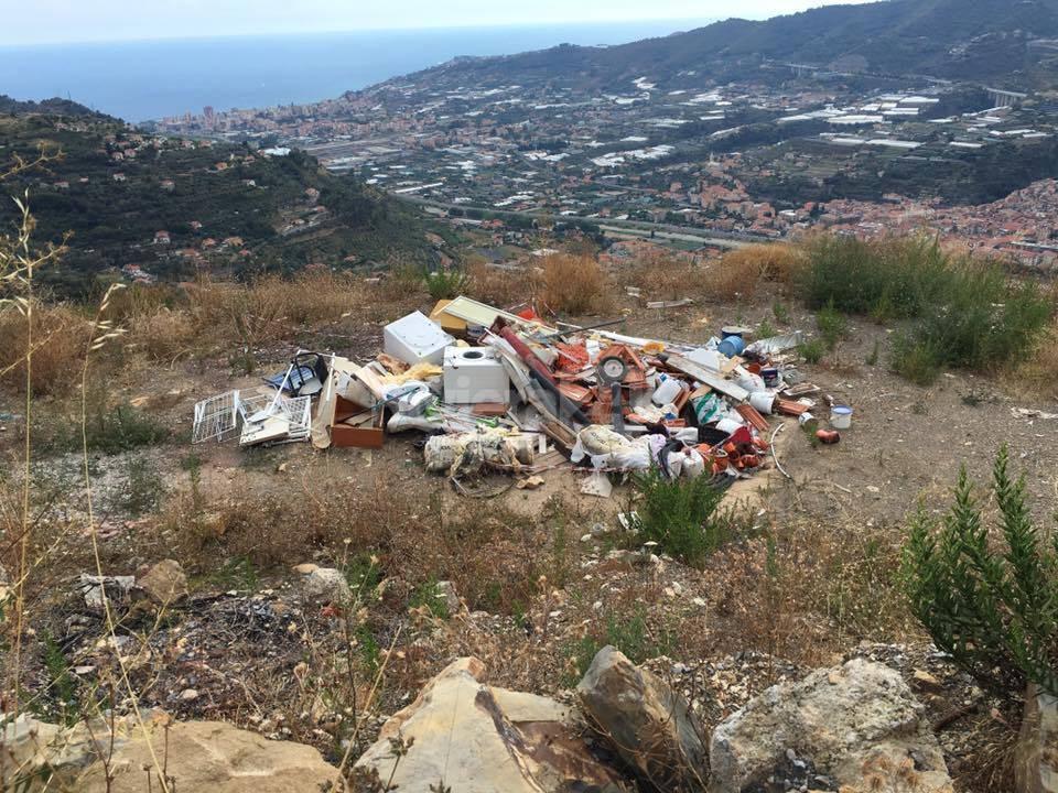 Castellaro, rifiuti, discarica a cielo aperto