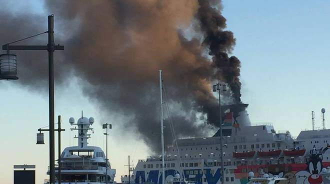 Nave della Moby Lines in fiamme a Nizza