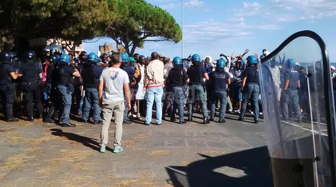 riviera 24 - migranti a mentone sgombero polizia francese