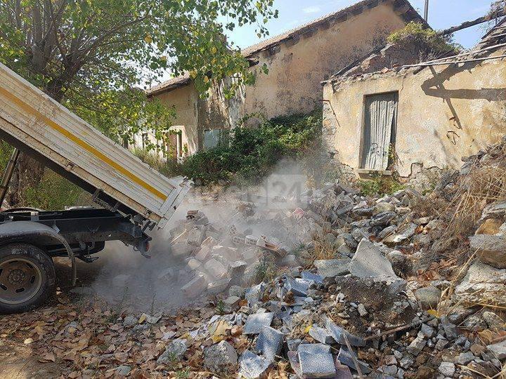riviera24 - Abbattuto muro pericolante alle ex Caserme Revelli