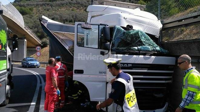 riviera24 - Camion finisce contro un muro allo svincolo A10 di Imperia est