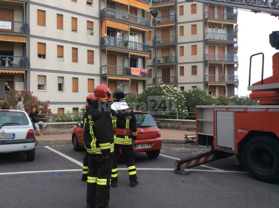 riviera24 - intervento autoscala vigili fuoco vallecrosia agosto 2016