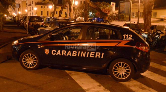 riviera24 - polizia carabinieri piazza bresca sanremo notturna