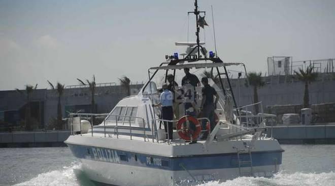 riviera24 - San Bartolomeo al Mare, imbarcazione alla deriva soccorsa dalla polizia di stato