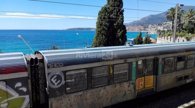 Riviera24 - tragedia sfiorata al confine di Stato, treno urta migrante che cammina sui binari