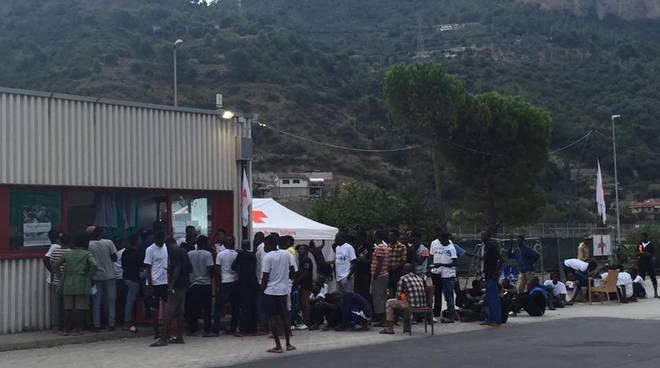 Ventimiglia, 750 migranti in un centro che può ospitarne 360