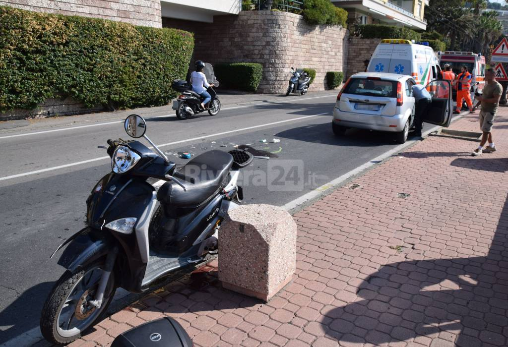 riviera24 - Scooter tampona auto: ferita sedicenne