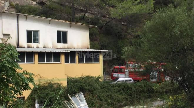 riviera24 - Ventimiglia, magazzino in fiamme: sul posto i vigili del fuoco