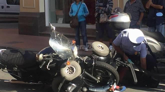 scontro carrozzina moto